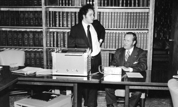 Raymond Kurzweil (izquierda), con su máquina lectora.